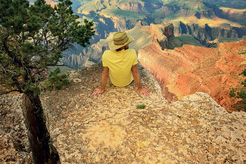 image 1 Jeune homme assis au bord du Grand Canyon 99 it 465537875