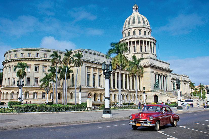 image Cuba Havane les voitures classiques devant le Capitole  fo