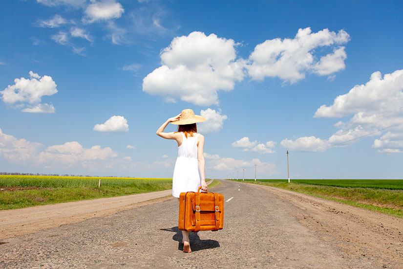 image Fille valise route campagne  it
