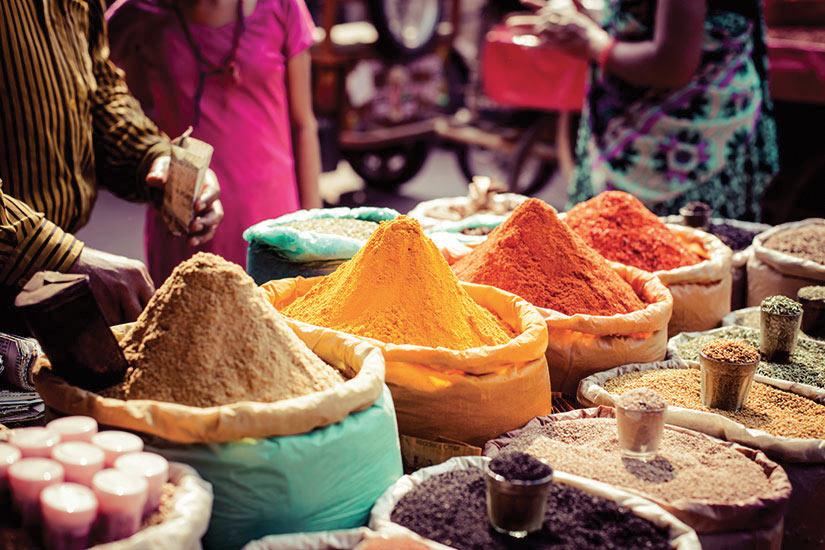 image Inde les epices traditionnelles et de fruits secs dans le bazar local  fo