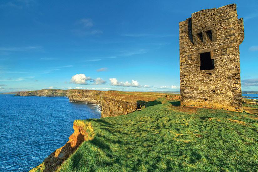 image Irlande ruines de vieux chateau sur les falaises de Moher  fo