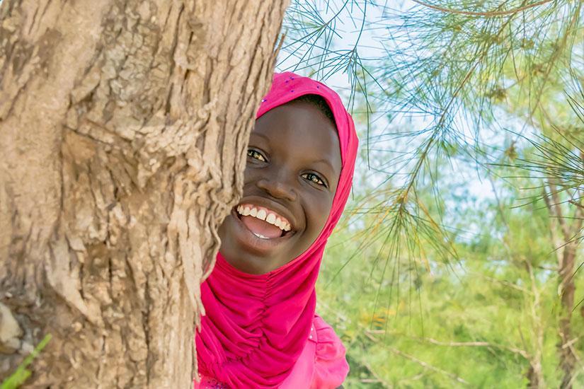 image Senegal Femme jouant cache cache arbre  it