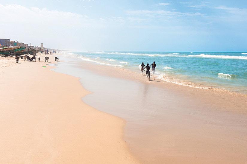 image Senegal des gens courir sour la plage  fo