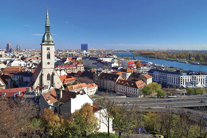 image Slovaquie Budapest vue de Bratislava et de la cathedrale de Saint Martin  fo