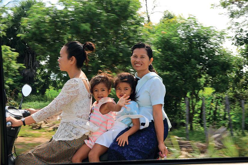 image Thailande femmes et enfants sur motorcicle