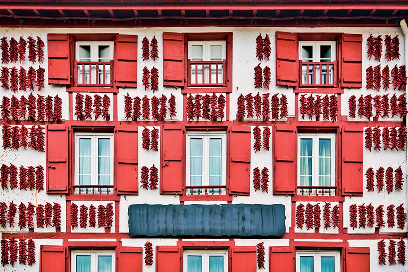 (image) image Piments d espelette rouge sechant dans le mur de la maison basque 31 as_97234290