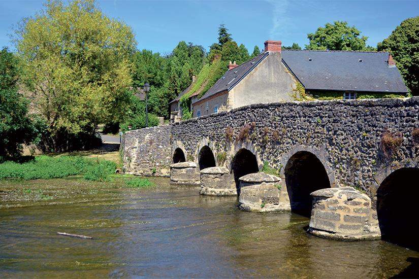 (image) image Vieux pont d Asnieres sur Vegre en France 17 as_37303064