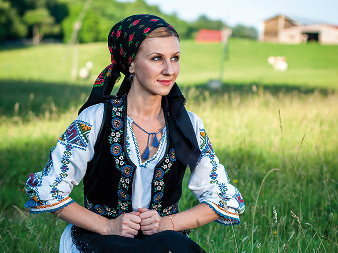 (image) image roumanie fille traditionnelle