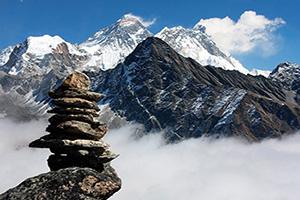 tibet vue sur everest avec la pierre homme de gokyo ri  fo